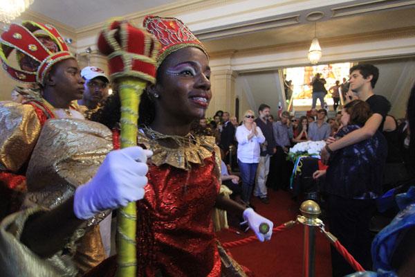 Grupos folclóricos prestam homenagem ao escritor Ariano Suassuna, durante velório no Palácio do Campo das Princesas