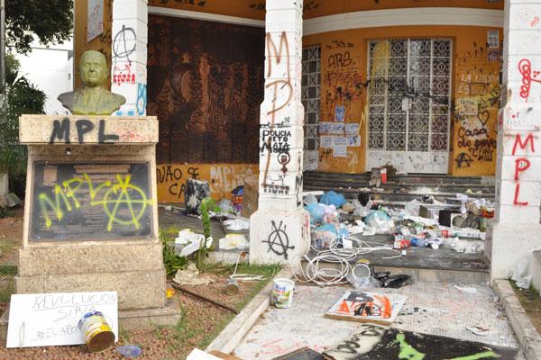 Prédio ficou com as paredes pichadas, portas quebradas e o busto de bronze do Frei Miguelinho pintado, além de muito lixo