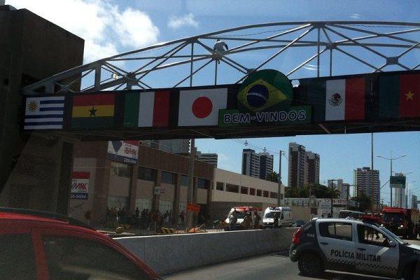 Fluxo foi bloqueado na avenida Salgado Filho porque PM ameaçava pular da passarela