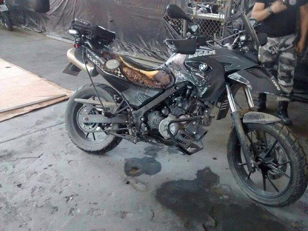 Uma das motos BMW que foram queimadas pelo policial militar