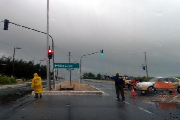 Motoristas estão desviando pela avenida João XXIII, em Mãe Luiza