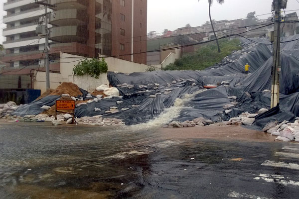 Prefeitura reforçou a contenção de terra no local usando sacos de areia