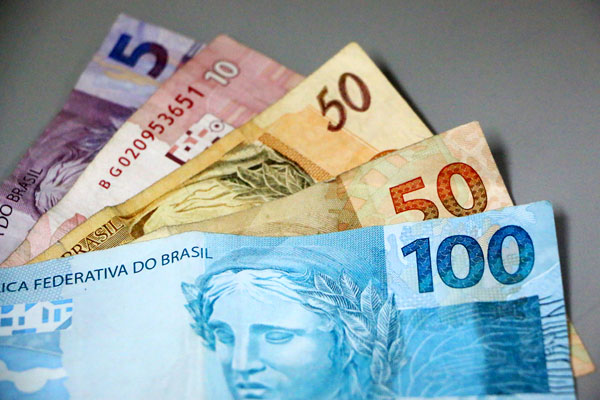 Salários de servidores que ganham mais de R$ 2 mil será depositado no dia 10 de agosto