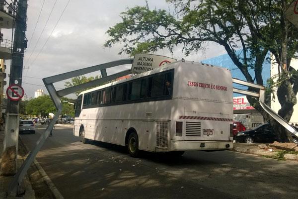 Segundo motorista, altura do ônibus é de 3 metros