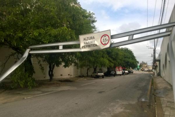 Outra placa, na lateral do Teatro Alberto Maranhão, também foi danificada
