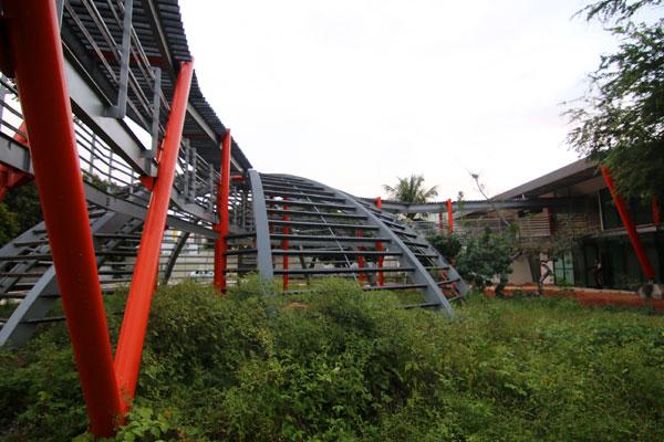 Construção estava parada desde 2010 e foi retomada em maio de 2011. Mato cobre parte da área