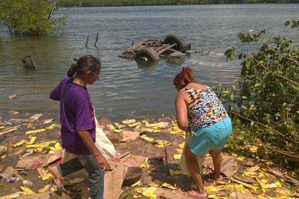 Moradoras da região foram ao local do acidente e levaram mercadoria