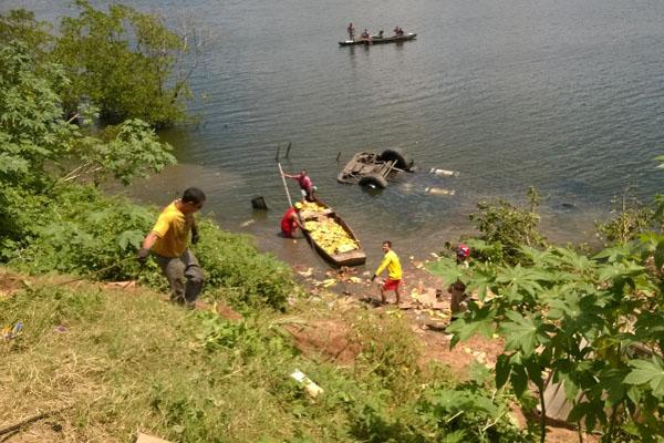 Homem utilizou canoa para pegar mercadoria que estava no rio