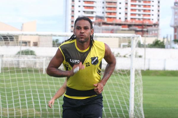 O atacante Dênis Marques já treina em separado no Alvinegro