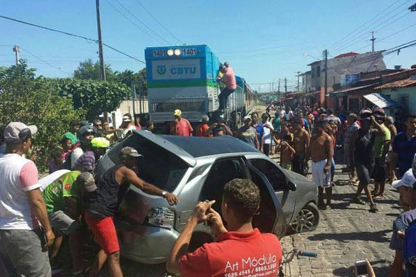 Trem atingiu carro em linha férrea na rua Sampaio Corrêa