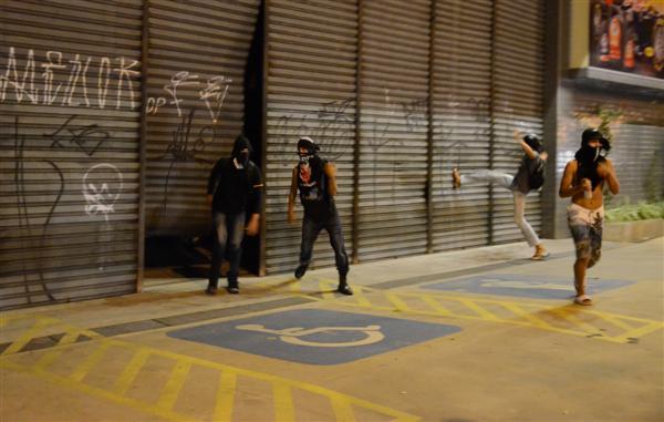 Manifestantes danificaram e picharam as portas de uma loja de pneus localizada na avenida Senador Salgado Filho