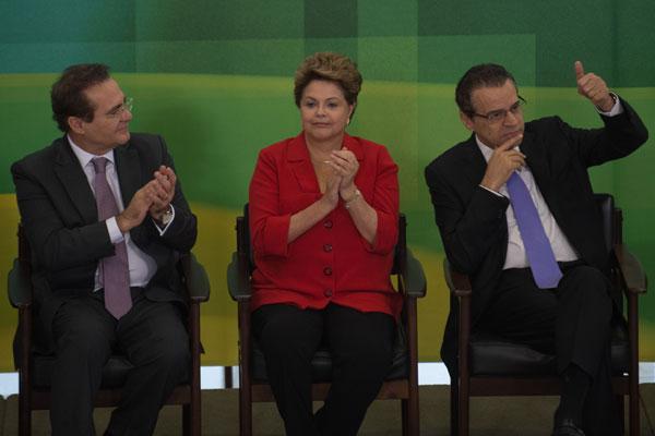 O presidente do Senado, Renan Calheiros, Dilma e o presidente da Câmara, Henrique: lei sancionada