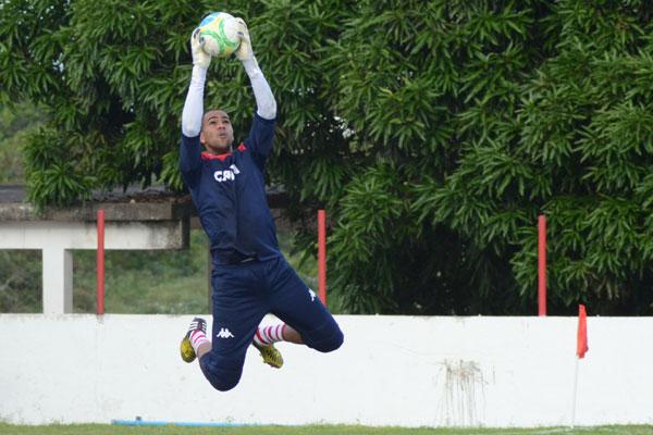 O goleiro Dida, que esteve para romper contrato com o América será o titular na partida de hoje