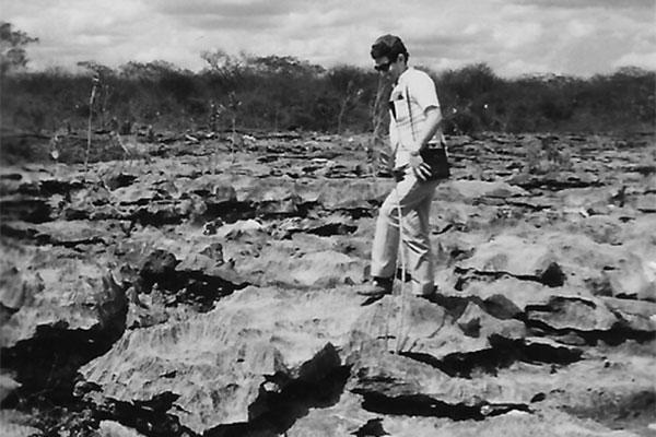 O jornalista Tomislav R. Femenick, percorrendo o terreno recoberto por rochas