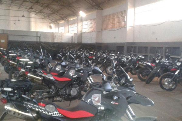 Motos BMW estão encostadas em pátio da Rocam, desde a semana passada, esperando revisão