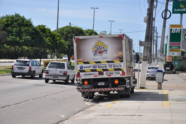 Caminhões na Roberto Freire