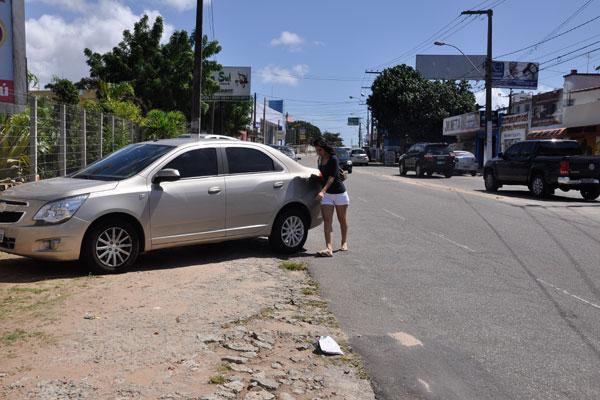 Sem calçada, pedestre na via