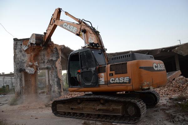 Máquinas começaram a fazer a demolição da estrutura de galpões, na Ribeira, na tarde de ontem. Serviço deve durar até 30 dias
