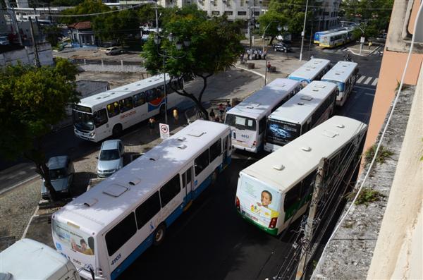Motoristas param ônibus no início deste sábado (16)