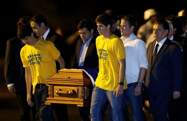 Filhos de Eduardo Campos carregaram caixão com restos mortais do ex-governador