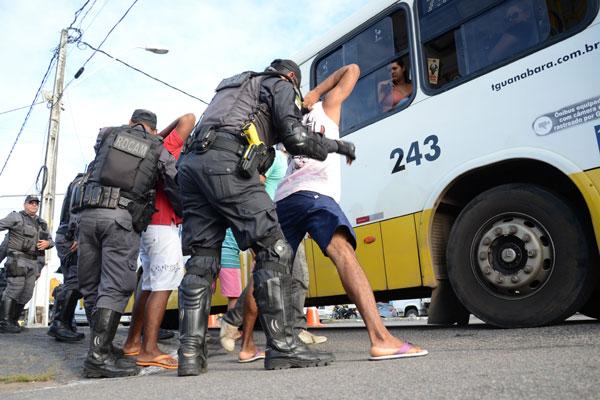 Primeiras abordagens a passageiros de ônibus foram feitas ontem à tarde na Av. Bernardo Vieira