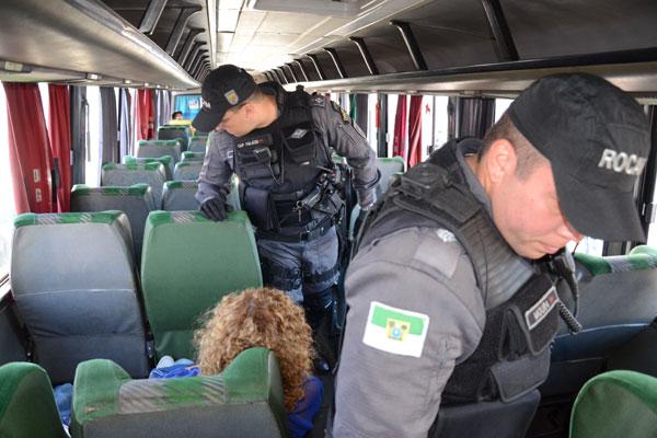 Durante a operação, além da abordagem aos passageiros, os PMs fazem vistoria dentro dos veículos