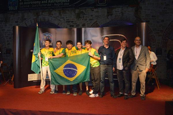 Medalhas conquistadas pelos alunos, na Romênia, são inéditas para ensino médio no Brasil