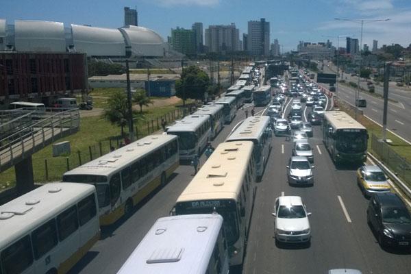 Taxistas e rodoviários fecham as marginais nos dois sentidos da BR-101