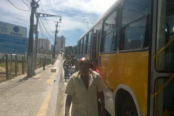Passageiros precisaram sair dos ônibus por causa da manifestação dos taxistas junto aos rodoviários