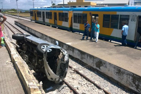 Veículo ficou destruído, mas motorista teve somente ferimentos leves