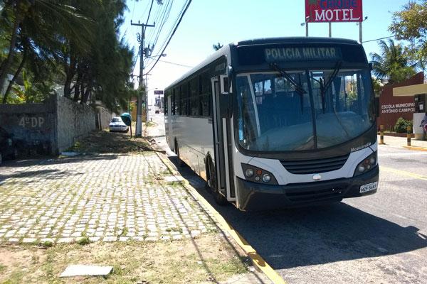 Ônibus da PM foi levado até a 4ª DP, onde foi registrada a ocorrência