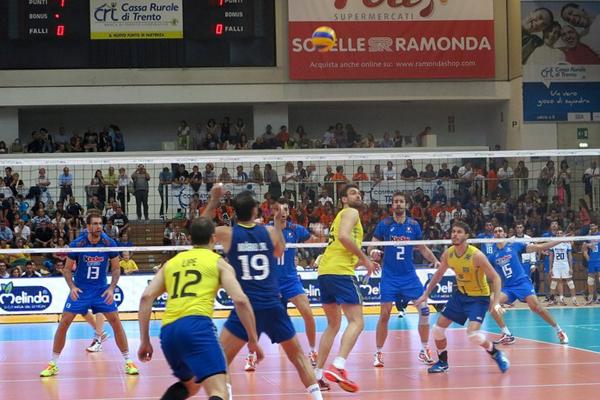 Seleção brasileira masculina de vôlei venceu a Itália por 3 sets a 2 nesta quarta-feira (27) em Trento, na Itália