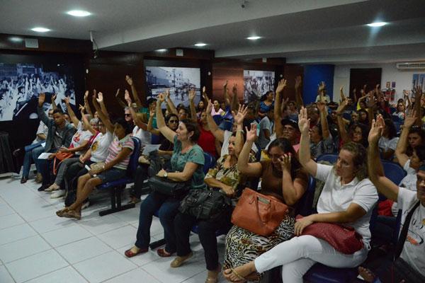 Na manhã de ontem, cerca de 60 servidores participaram da assembleia e confirmaram a greve