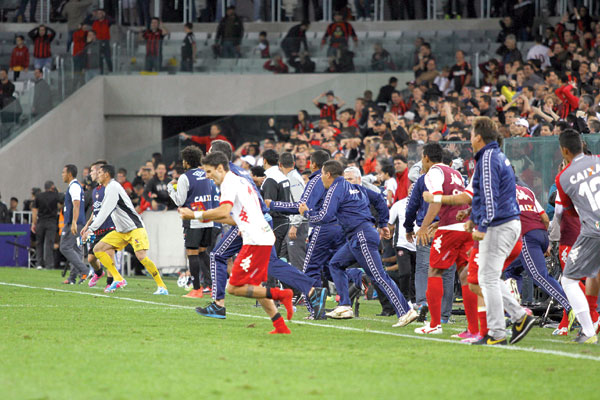Após o apito final do árbitro, os reservas e comissão técnica do América invadiram o gramado da Arena da Baixada para festejar