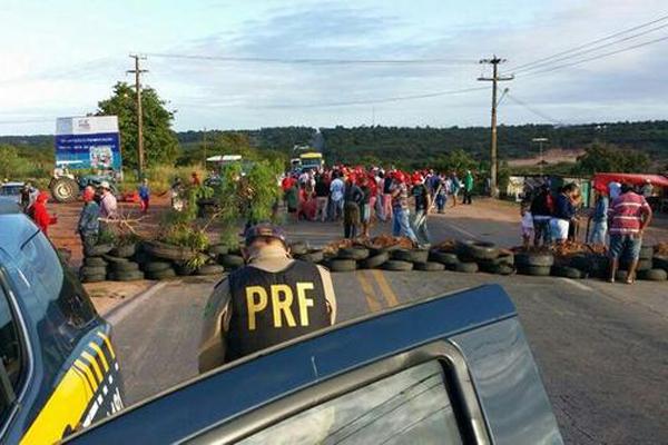 Interdição provocada pelo MST no Km 163 da BR-406, em Ceará-Mirim