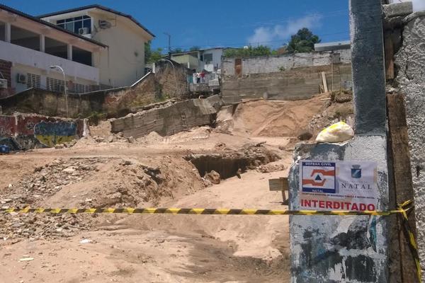 Proprietário do terreno será autuado por descumprir leis para realização de obras no local