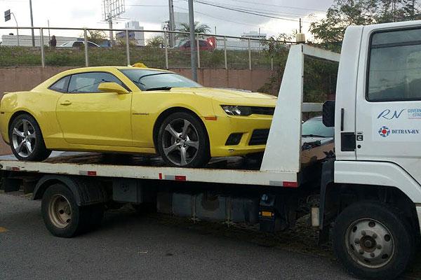 Camaro Amarelo foi recolhido para o pátio do Detran