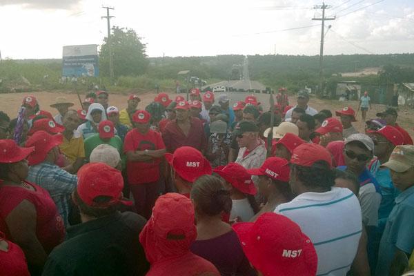 Integrantes do MST decidiram, em reunião, acatar decisão da justiça e desbloquear via