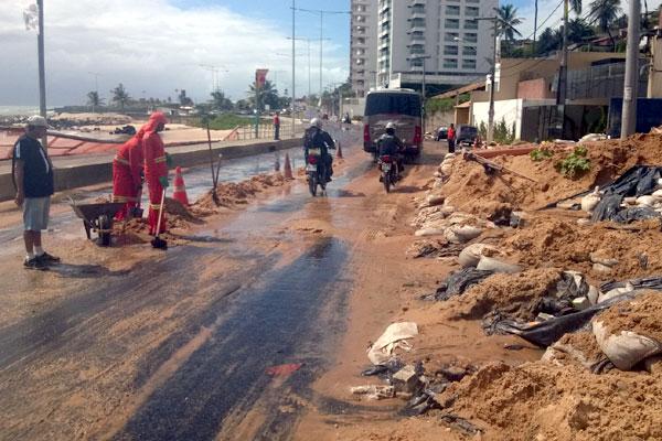 Funcionários da Urbana trabalham na retirada de material da pista