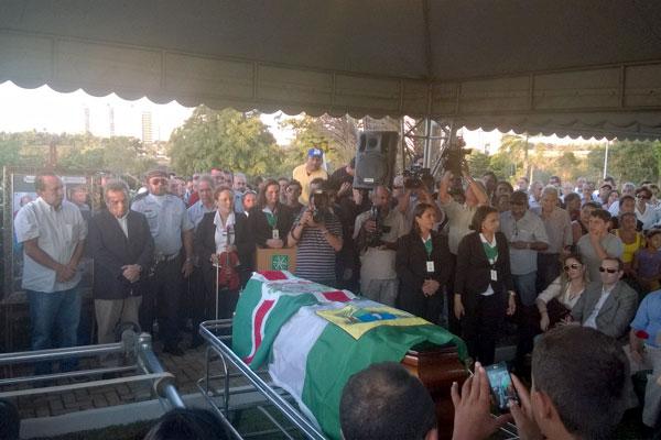 Amigos e familiares acompanham o sepultamento de Iberê Ferreira