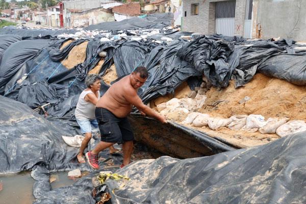 Rivelino Batista diz que um vazamento abriu o aterramento e eles quebraram a manilha e colocaram canos PVC para desviar a água