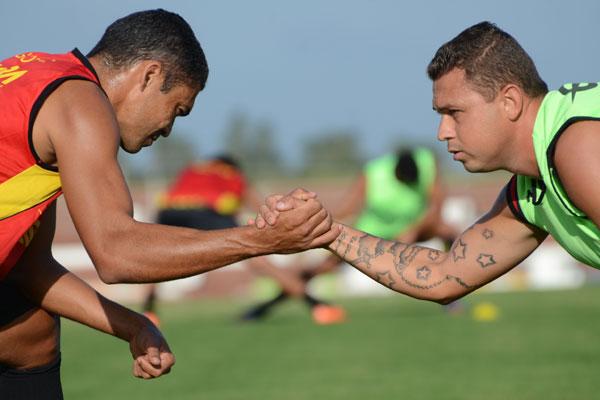 Sem saber se vai ser o treinado da equipe, o zagueiro Robson (esq.), passa confiança aos demais jogadores do elenco do Globo, para que o time conquiste a vaga