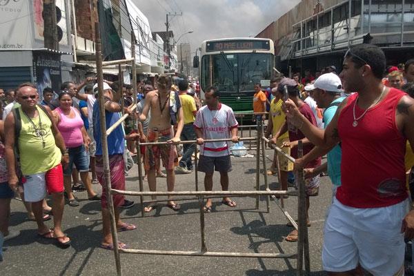 Camelôs bloquearam vias no bairro do Alecrim