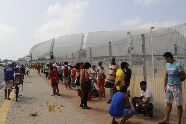 Torcedores enfrentaram longas filas e muitos ficaram sem ingressos