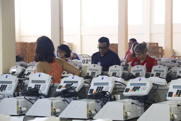 Técnicos da Justiça Eleitoral realizam ajustes finais nas urnas eletrônicas