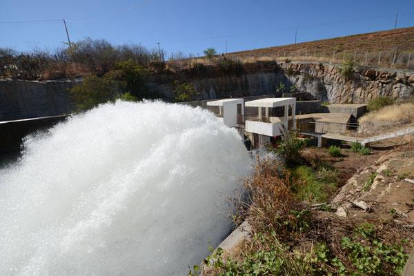 Barragem Armando Ribeiro abastece hoje 34 cidades, e o baixo manancial forçou a medida de suspensão determinada pela ANA
