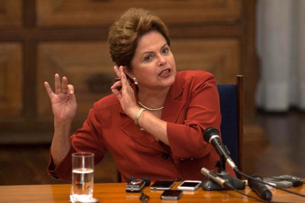 Em entrevista a blogueiros, Dilma afirma que regulamentação dos meios de comunicação vai beneficiar o mercado regional