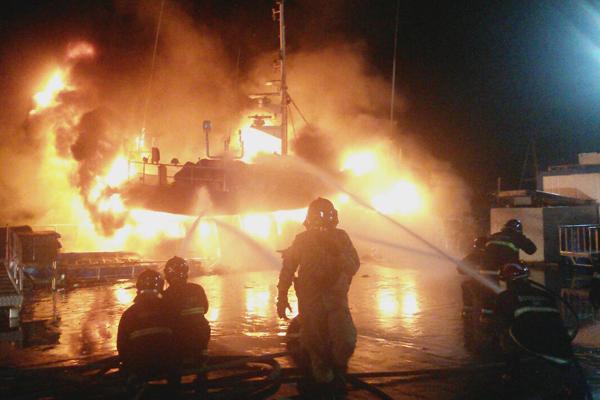 Incêndio atingiu barco na noite desta sexta-feira (26) no Porto de Natal