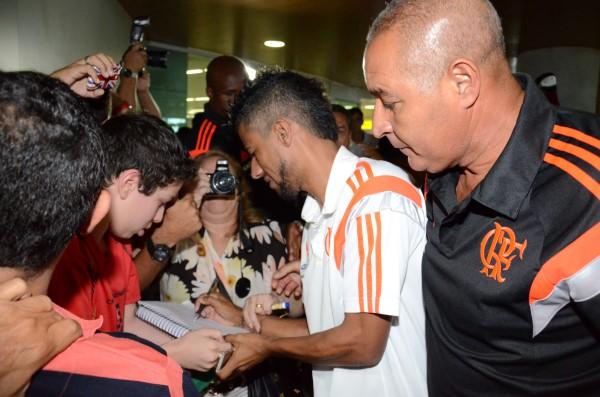 Lateral-direito Léo Moura foi bastante assediado pelos torcedores na desembarque do Flamengo em Natal