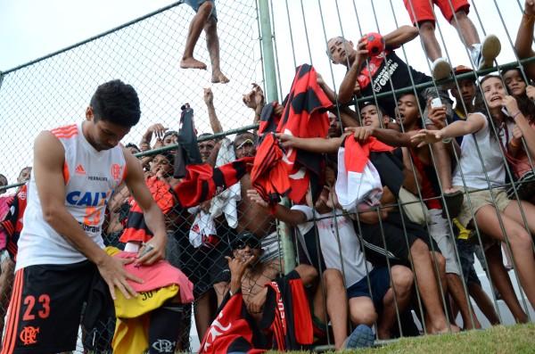 Atacante Eduardo da Silva deu autógrafos aos torcedores no alambrado do Frasqueirão
